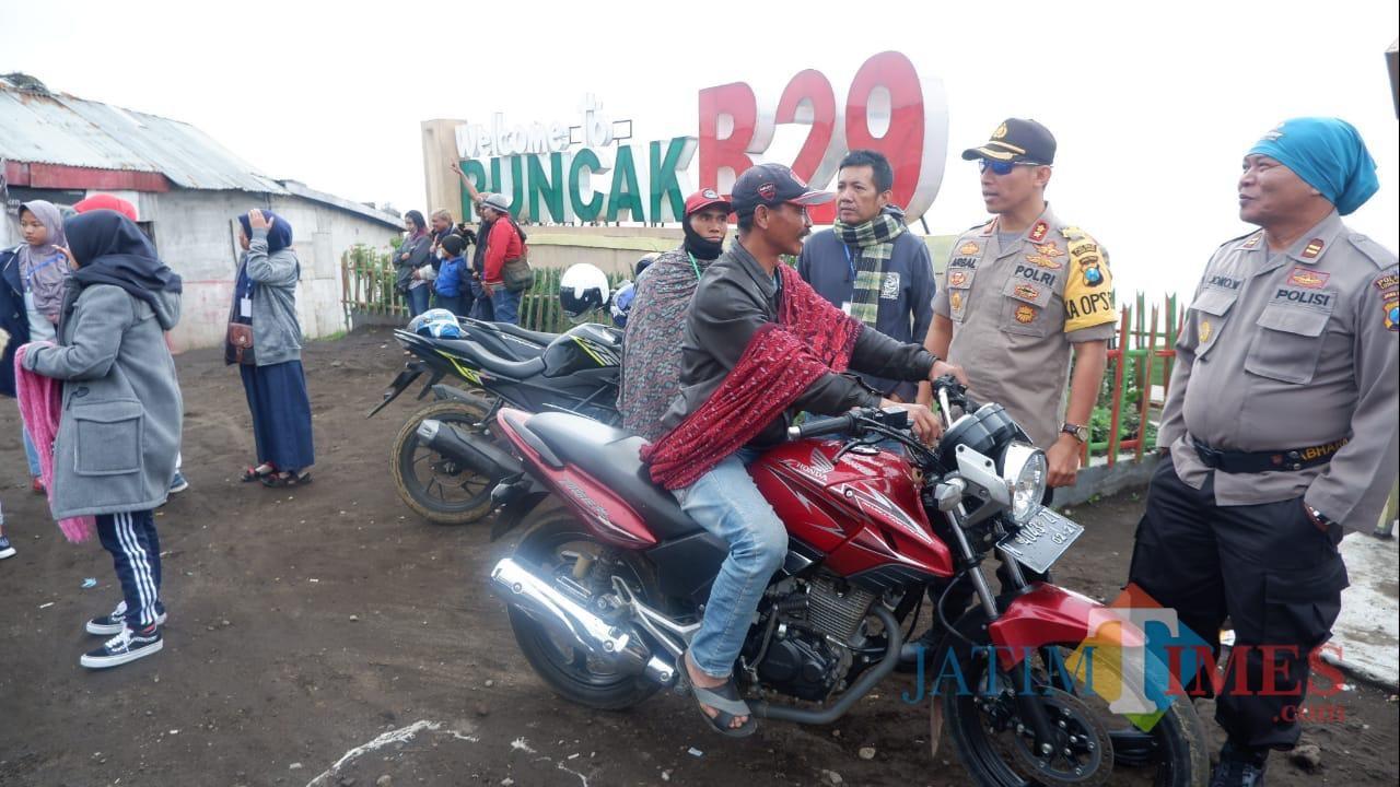 Kapolres Lumajang AKBP DR. Muhammad Arsal Sahban ketika berada di B29 (Foto : Moch. R. Abdul Fatah / Jatim TIMES)