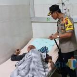 Kapolres Lumajang ketika mengunjungi korban dalam perawatan di Rumah Sakit (Foto : Moch. R. Abdul Fatah / Jatim TIMES)