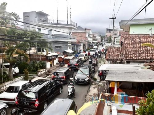 Kondisi kemacetan di area jalur alternatif Kelurahan Temas Kota Batu. (Foto: istimewa)