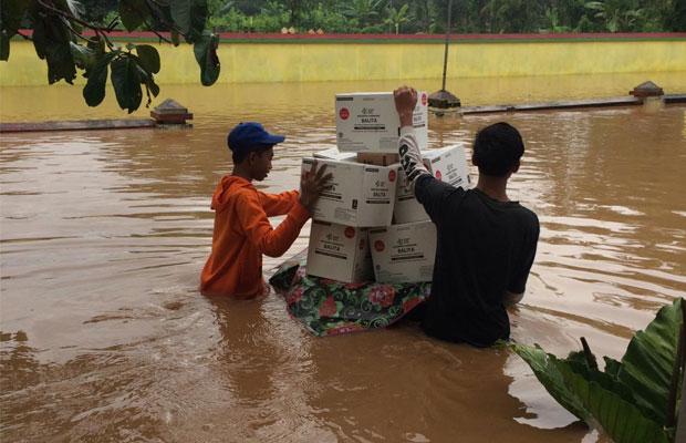 Bantuan mulai didistribusikan ke warga yang mengungsi di Sumberbaru akibat banjir.