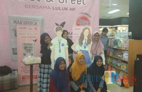 Enam remaja asal Pasuruan yang datang ke Kota Malang untuk menghadiri acara meet and greet bersama novelis Luluk HF di toko buku Gramedia Malang Town Square, Selasa (25/12/2018) (Pipit Anggraeni).