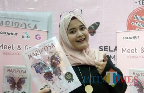 Luluk HF, novelis kenamaan yang juga merupakan mahasiswi Universitas Muhammadiyah Malang (UMM) saat memamerkan novel terbarunya, Mariposa (Pipit Anggraeni/MalangTIMES).