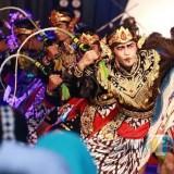 Para penari jaranan saat menampilkan aksi tarinya di tempat wisata Goa Selomangleng. (eko Arif s/JatimTimes)