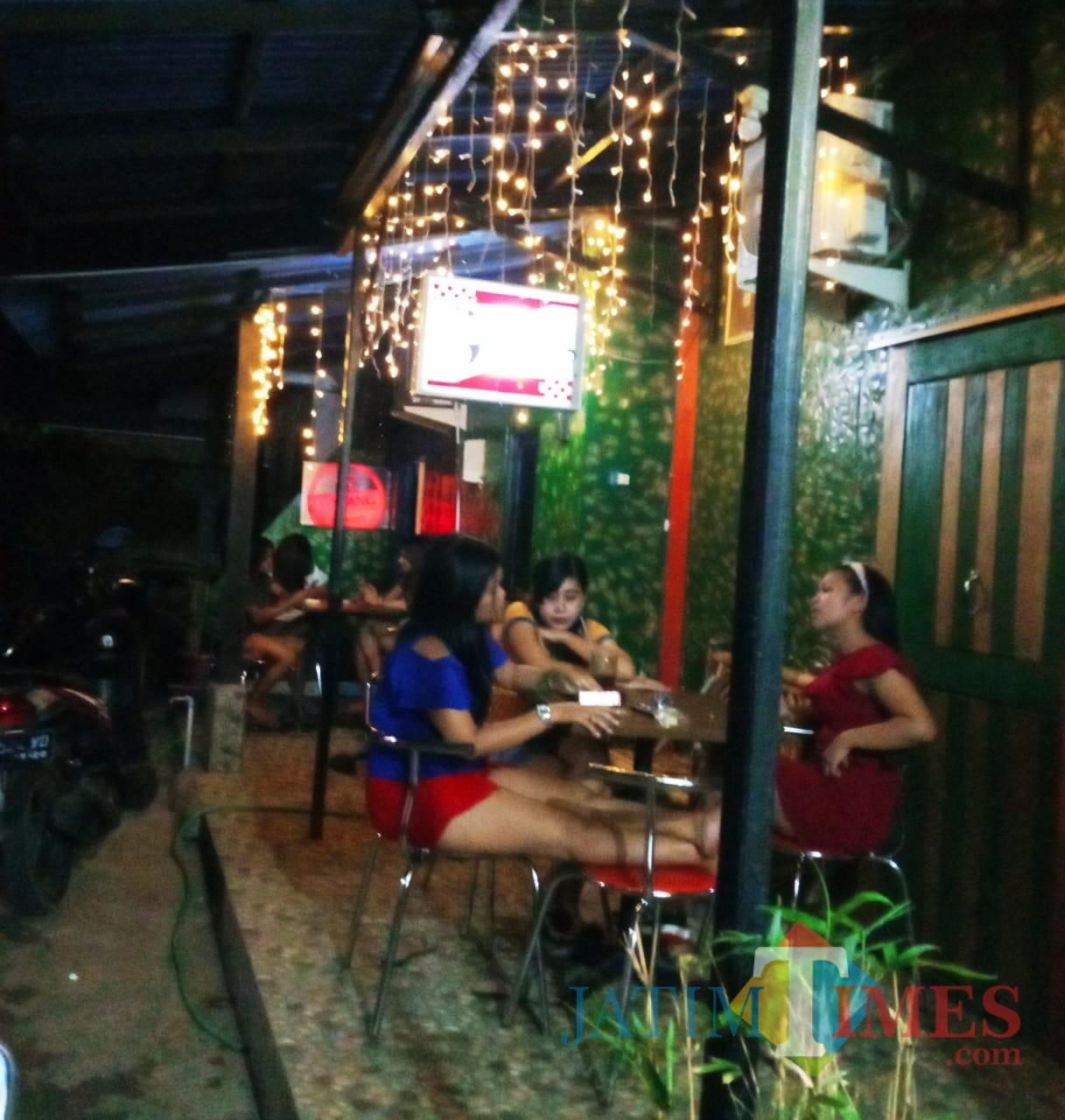 Tampak wanita-wanita berdandan seksi duduk di Warung Panjang.