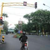 Lampu merah di pertigaan depan Makodim 0820 Probolinggo. (Agus Salam/Jatim TIMES)