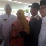 Ngatini saat mendapat kesempatan foto bersama dengan Bupati dan Wakil Bupati Jember