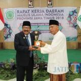 Gubernur Jatim Dr.H.Soekarwo Mendapat Cinderamata Pada Acara Rapat Kerja Majelis Ulama Indonesia Prov Jatim Di Asrama Haji Surabaya
