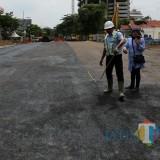 Jalan Raya Gubeng dalam proses pengaspalan
