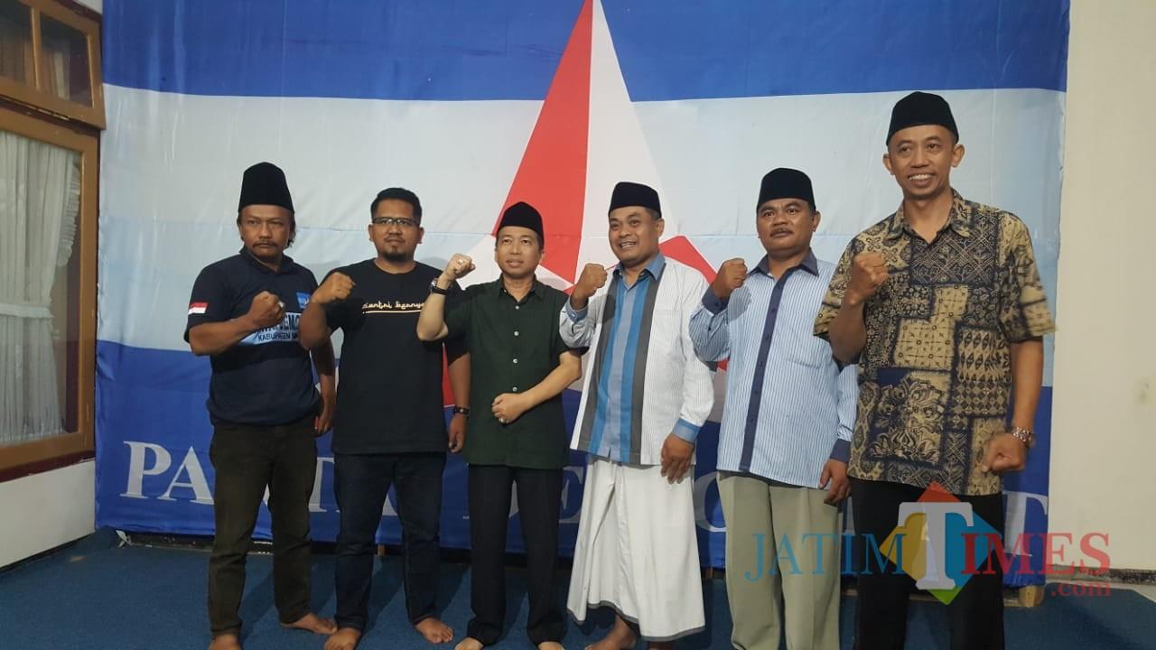 Ketua Barikade Gus Dur Jatim (tiga dari kanan) saat mengunjungi Ketua Partai Demokrat Kabupaten Malang, Ir Gufron Marzuki (tiga dari kiri) (DocalangTIMES)