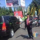 Aksi Wali Kota Malang Drs. Sutiaji saat membantu mengatur lalu lintas di Jalan Panglima Sudirman (istimewa)