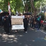 Aksi unjuk rasa mendukung Terpidana kasus Palu Arit di depan Kejaksaan Negeri Banyuwangi