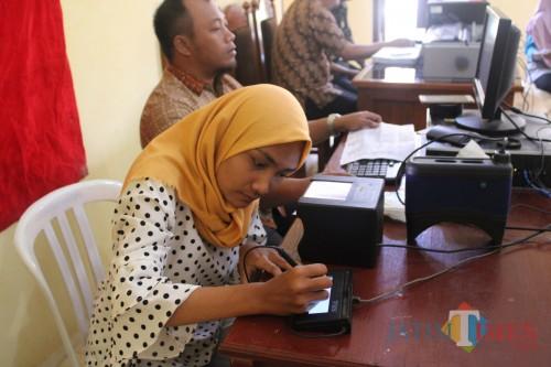 Salah satu Warga Desa Carangwulung, Kecamatan Wonosalam, Kabupaten Jombang, saat melakukan perekaman KTP-el dalam kegiatan perekaman KTP-el serentak seluruh Indonesia. (Foto : Adi Rosul / JombangTIMES)