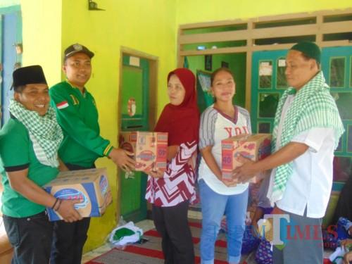 Ketua DPC PPP Lumajang ketika menyerahkan bantuan di desa Rowokangkung (Foto : Moch. R. Abdul Fatah / Jatim TIMES)