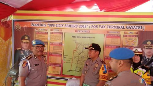 Kombes Dedy Setyo Yudho (kiri)  saat berikan arahan pada Wakapolres Tulungagung, Kompol Andik Gunawan di pos pam Terminal Gayatri (foto : Joko Pramono /Jatimtimes)