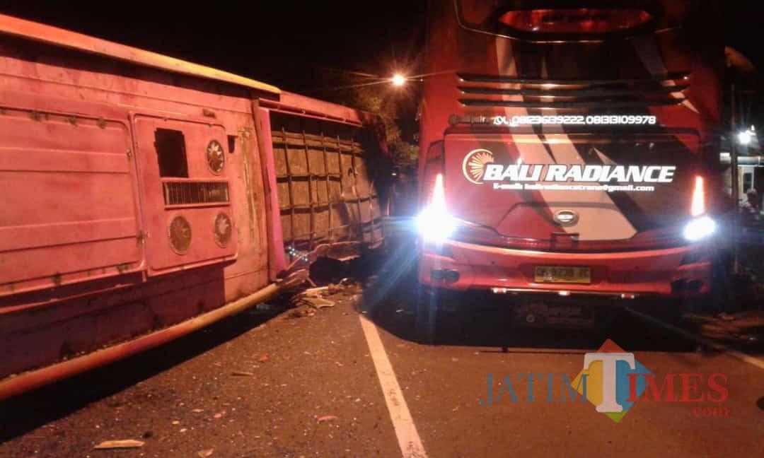 Bat Bus 12 >> Bus Tiara Mas Vs Bus Bali Radience Di Pantura Banyuwangi 3