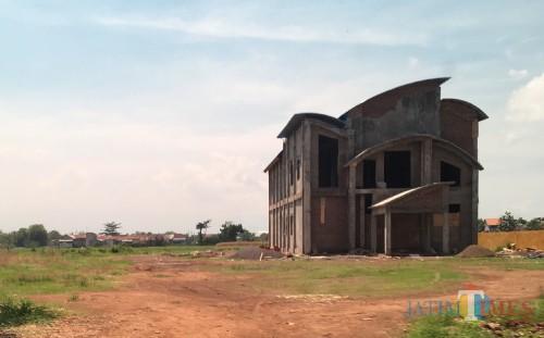 Proyek gedung PLUT yang mangkrak.