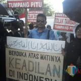Situasi saat aktivis melakukan orasi dalam aksi demo di Kejari Banyuwangi