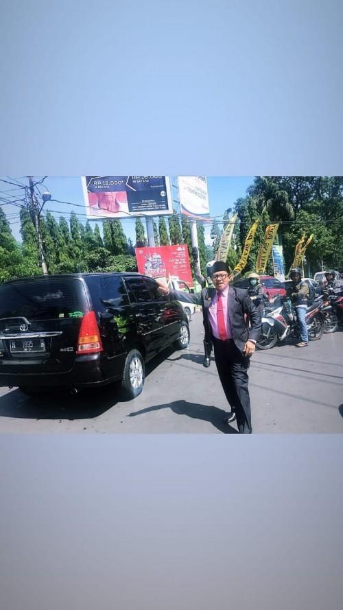 Wali Kota Malang, Drs. Sutiaji saat berada di tengah jalan untuk memantau dan membantu mengatur lalu lintas (story @sam.sutiaji)