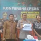 Kapolres Malang Kota AKBP Asfuri menunjukan rekap data tindak kejahatan di Kota Malang sepanjang 2018. (Foto: Nurlayla Ratri/ MalangTIMES)