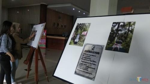 Para pengunjung tengah menikmati potret monumen-monumen bersejarah di Malang Raya yang dipamerkan di gedung DPRD Kota Malang. (Foto: Nurlayla Ratri/MalangTIMES)