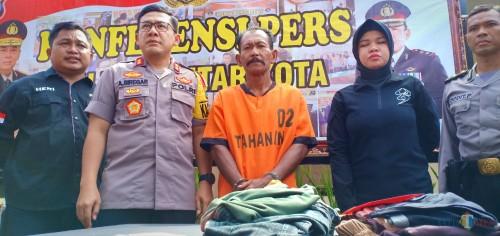 Pelaku dan BB diamankan di Mapolres Blitar Kota (Foto : Team BlitarTIMES)