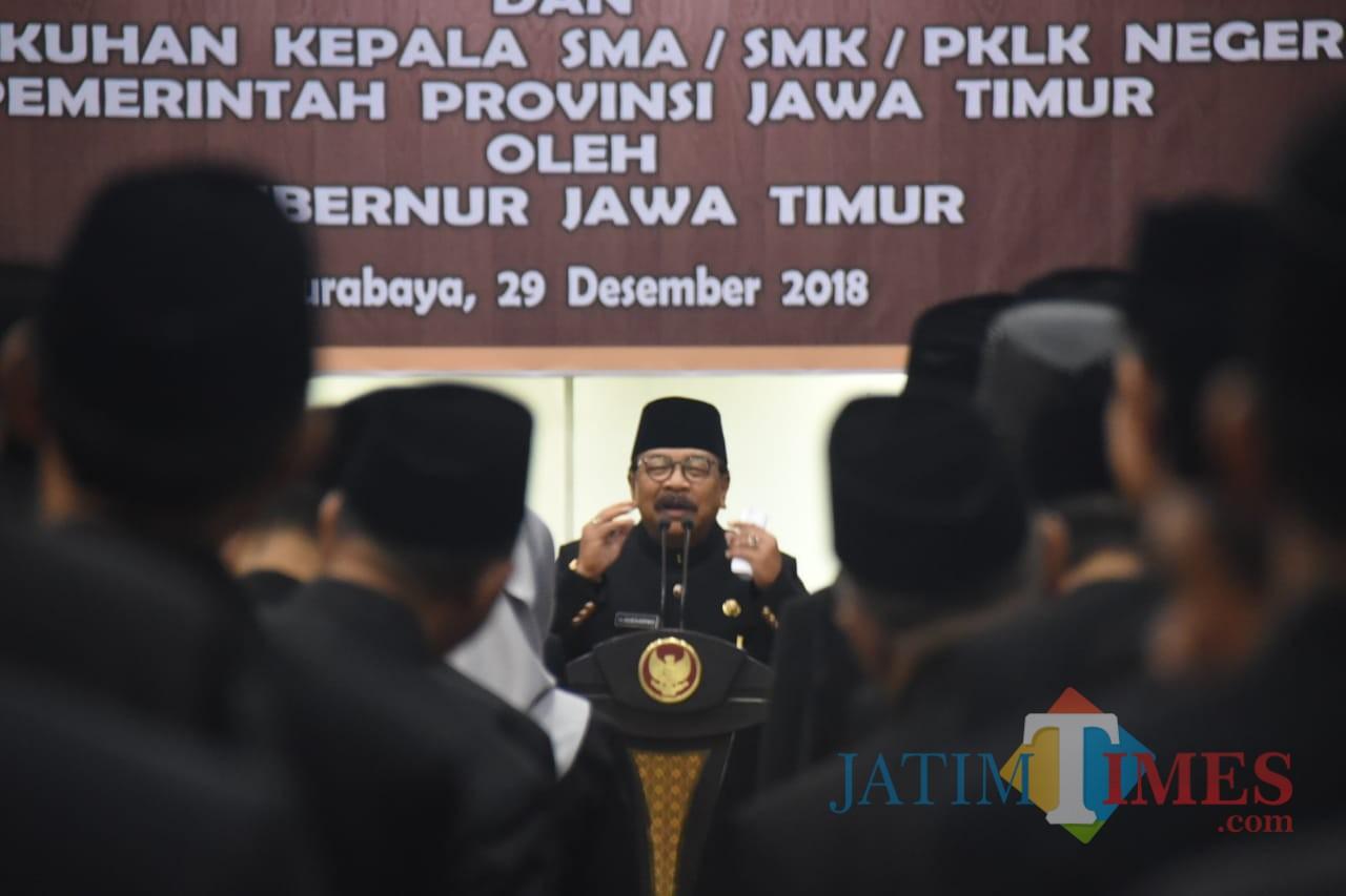 Pakde Karwo saat memberikan pengarahan kepada Kepala SMA, SMK, PLKK Negeri Pemerintah Provinsi Jawa Timur di Gedung Negara Grahadi Surabaya