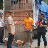 Satu pelaku yakni UAP (30) berhasil diamankan berserta barang bukti obat nyamuk dan truknya (Foto : Moch. R. Abdul Fatah / Jatim TIMES)