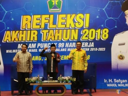 Wali Kota Malang,  Sutiaji (tengah) didampingi Wakil Wali Kota Malang Sofyan Edi Jarwoko (kanan) dan Sekretaris Daerah Kota Malang,  Wasto (kiri)  saat menjadi pembicara dalam refleksi akhir tahun 3028 yang berlangsung di Ijen Suites (Pipit Anggraeni/MalangTIMES)