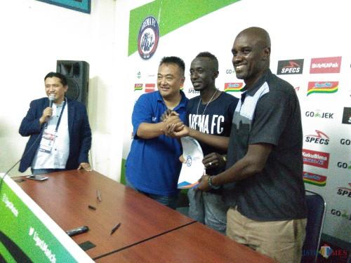 Makan Konate (tengah), pemain asing pertama yang dikenalkan Arema FC untuk musim kompetisi 2019 mendatang (Hendra Saputra)