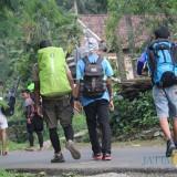 Sejumlah pendaki saat memulai pendakian setelah melakukan registrasi di pos perijinan gunung anjasmoro, Kabupaten Jombang. (Foto : Adi Rosul / JombangTIMES)