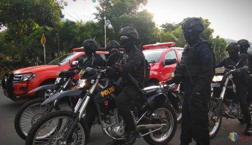 Aparat kepolisian bersiaga mengamankan malam pergantian tahun di Kota Batu. (Foto: Nurlayla Ratri/MalangTIMES)