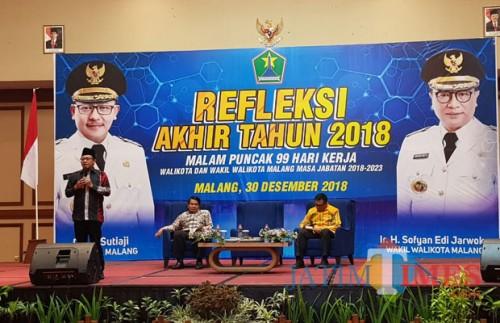 Wali Kota Malang, Sutiaji (berdiri) saat melakukan pemaparan refleksi akhir tahun 2018 (Pipit Anggraeni/MalangTIMES).