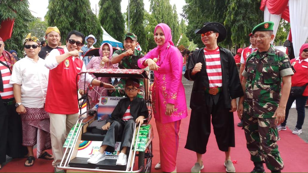 Bupati dan Wakil Bupati serta Dandim 0824 Jember saat foto bersama salah satu peserta