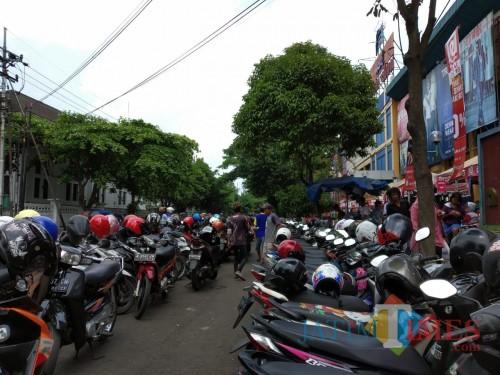 Kondisi parkir di kawasan Jl. Veteran pasca ditertibkan. Parkir kini beralih menggunakan bahu jalan (Pipit Anggraeni/MalangTIMES).