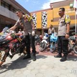 Kapolresta Probolinggo AKBP Alfian Nurrizal mencoba sepeda motor protolan dan knalpot brong. (Agus Salam/Jatim TIMES)