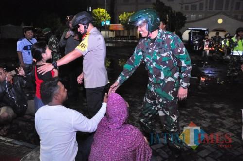 Kapolres Lumajang AKBP DR. Muhammad Arsal Sahban S.IK menyempatkan diri bertemu warga saat malam pergantian tahun (Foto : Moch. R. Abdul Fatah / Jatim TIMES)