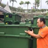 Kepala DLH Kota Batu Arief As Siddiqsaat menunjukkan bin kontainer di halaman Balai Kota Among Tani. (Foto: Irsya Richa/MalangTIMES)