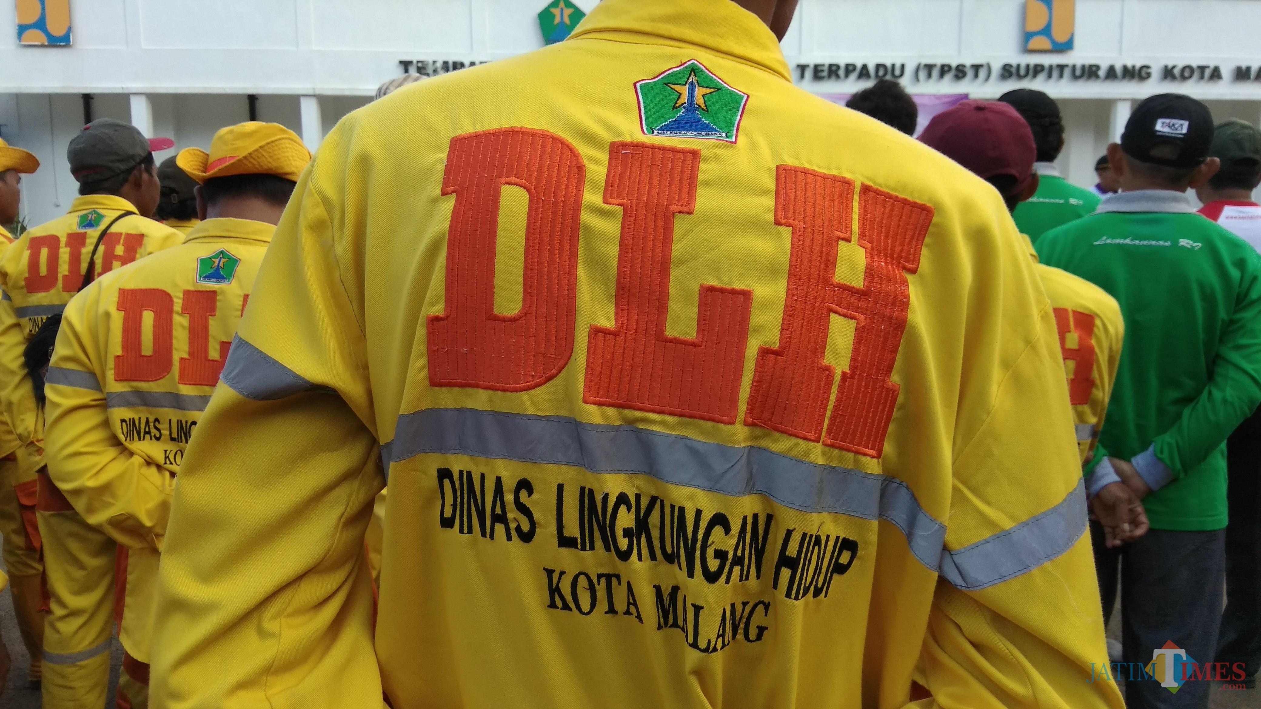 Para pasukan kuning atau petugas dari DLH Kota Malang yang bertugas membersihkan sampah harian masyarakat. (Foto: Nurlayla Ratri/MalangTIMES)