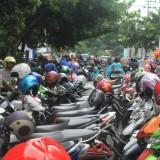 Tempat parkir pengunjung TWSL yang menutup akses jalan (Agus Salam/Jatim TIMES)