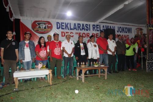 Sejumlah pengurus Bejo For Belakang Jokowi saat deklarasi di Lapangan Desa Banjardowo, Kecamatan/Kabupaten Jombang. (Foto : Adi Rosul / JombangTIMES)