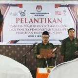 Ketua KPU Kota Kediri Agus Rofik melakukan pelantikan terhadap enam PPK. (Eko Arif S /JatimTIMES)