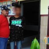 MRS (baju hitam) tersangka pencurian beserta barang bukti saat diamankan jajaran kepolisian Polsek Bantur, Kabupaten Malang (Foto : Polsek Bantur for MalangTIMES)