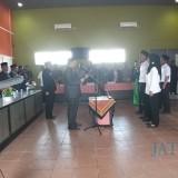 Pelantikan PPK Tambahan dipimpin Ketua KPU Kota Blitar  Setyo Budiono.(Foto : Team BlitarTIMES)