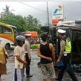Aparat Unit Lantas Polsek Wongsorejo menggelar olah TKP tabrakan Bus Kramat Djati dan Truk Fuso di depan SPBU Desa Bangsring, Kecamatan Wongsorejo.