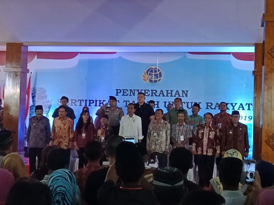 Jokowi saat menyerahkan sertifikat tanah kepada warga Blitar di Pendopo Sasana Adi Praja.(Ist)