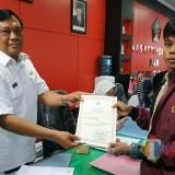 Kabid Capil Dispendukcapil Kabupaten Blitar M. Nur Rochim menyerahkan akta kematian kepada pemohon E-SIAP. (Foto : Team BlitarTIMES)