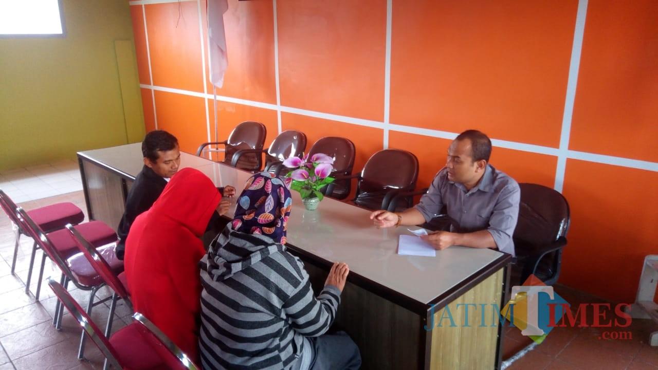 Komisioner KPU Kota Blitar Chairul  Umam melayani warga yang konsultasi formulir A5 di Kantor KPU.(Foto : Aunur Rofiq/BlitarTIMES)