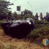 Mobil Pikap Daihatsu Grand Max P 8479 VA yang terguling di sawah