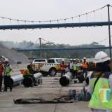 Para pekerja tengah mengebut pembangunan Tol Malang Pandaan yang ditarget rampung pada 2019 ini. (Foto: Nurlayla Ratri/MalangTIMES)