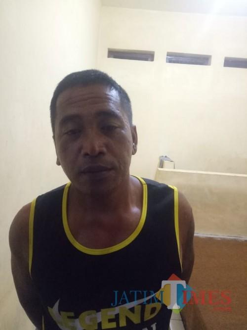 Eko alias Kabul tersangka penganiayaan saat diamankan ke Polsek Kalipare, Kabupaten Malang (Foto : Polsek Kalipare for MalangTIMES)